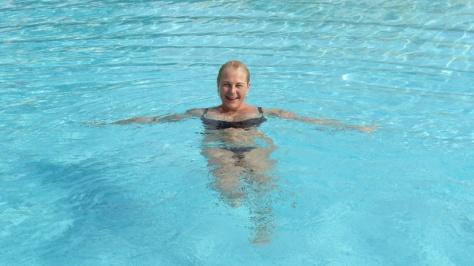 Jh uimaaltaassa onnellisena