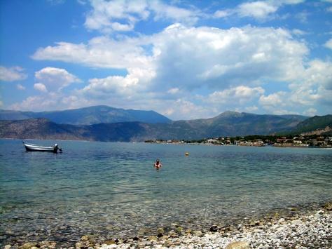 Uimassa Alepochorin rannalla