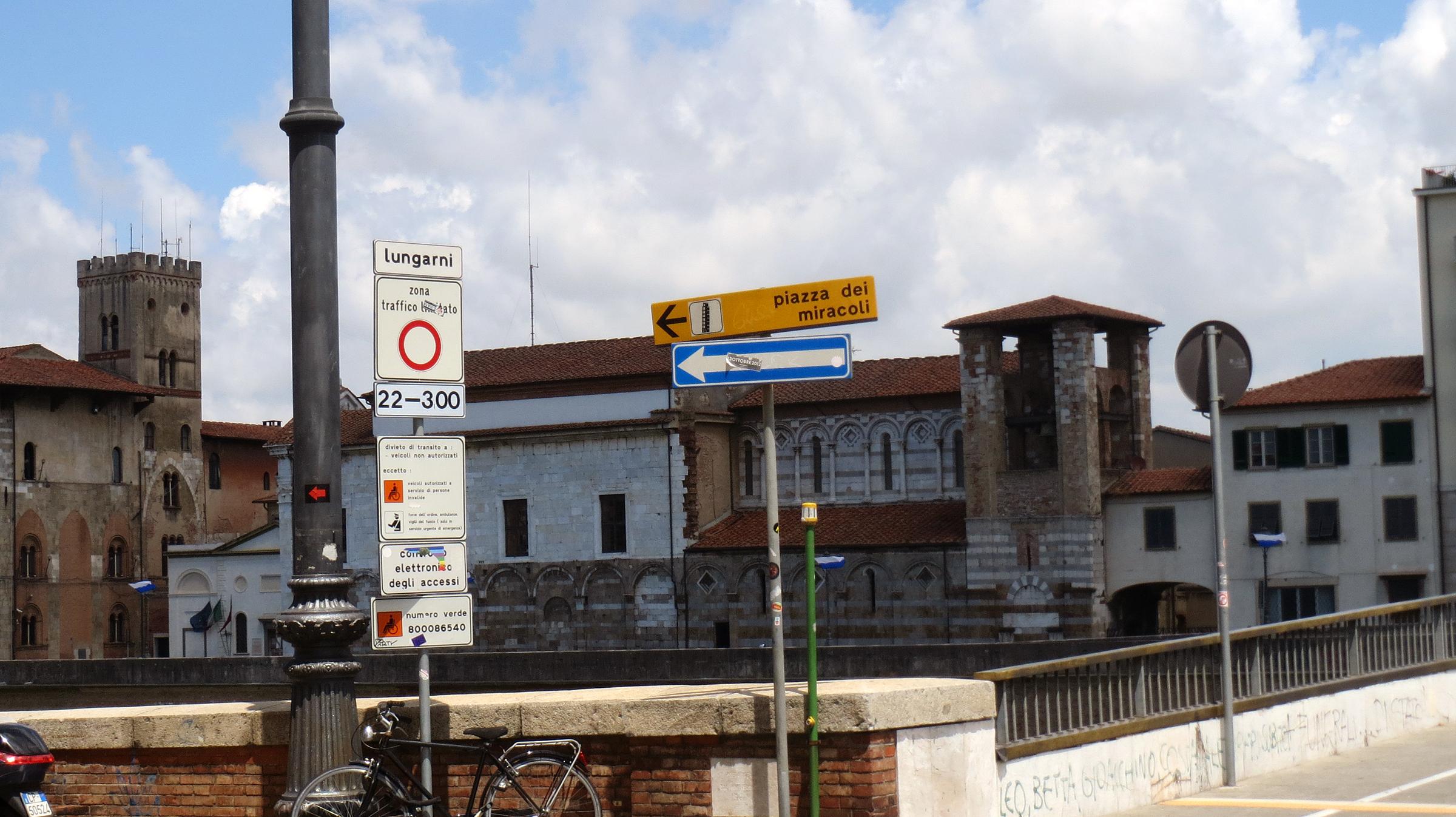 Pisa_Piazza dei miracoli sign